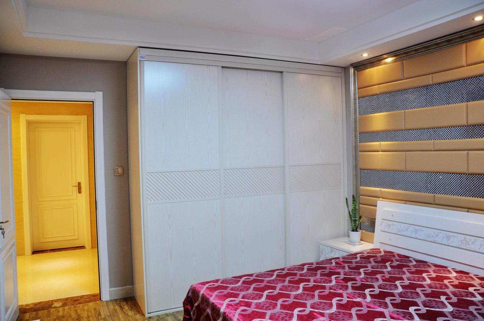 主卧室衣柜及软包