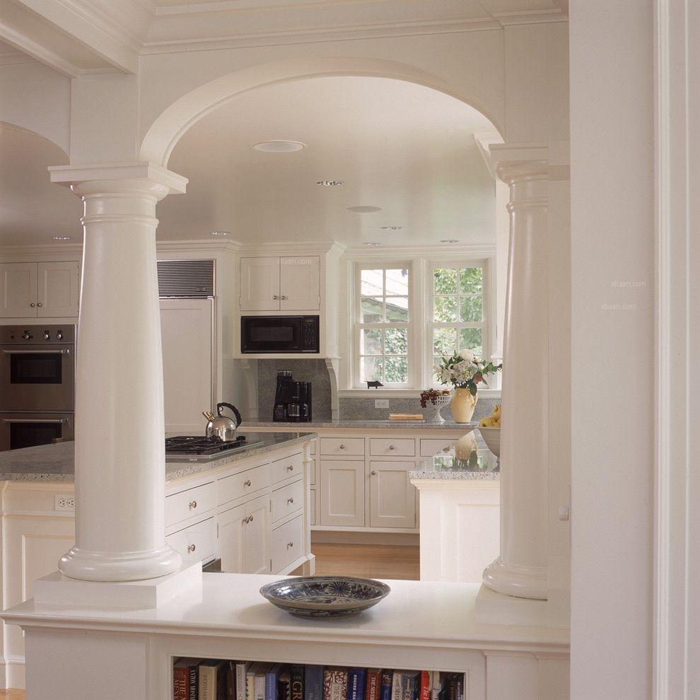 白色的厨房和早餐厅
