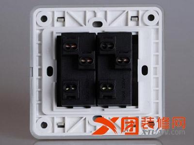 意思就是可以有两个开关来控制灯具等电器的开关,比如,在下楼时打开