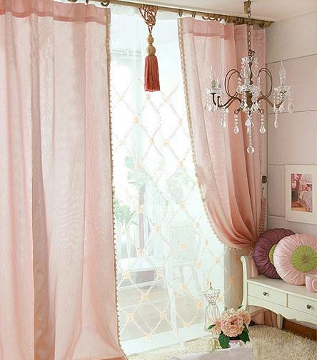 窗帘上部是细致造工的花边