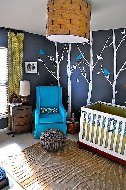蓝色儿童房装修效果图二      蓝色的背景墙上有一些树枝的剪影,活