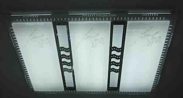 对于一些房间面积较大的空间中,还可以选择统一有变化的吸顶灯具设计