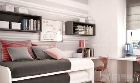 间   梯形的书架,一幅长形的素描画,增添了   儿童房   的书香气息.