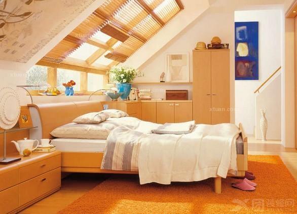 阁楼卧室装修效果图四      用宽木板装饰斜面屋顶,墙面整洁大方又