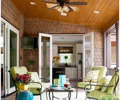 精致的阳台书房    将阳台用玻璃和木材封闭成居家小书房,窗外的绿叶