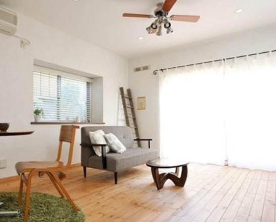 小清新是现在新型流行词,在年轻人群中也是大受欢迎。无论是在服饰搭配、电影音乐、家居装修中,这样一种风格也逐渐进入了大家的视线。  深木色的地板,清晰可见的木质条纹,这是日本装饰中不可缺少的色彩。深灰色的布艺沙发,简洁的样式,搭配白色带有暗纹的靠背垫,黑白色彩对比,使沙发看起来更加舒适。椭圆形的木质茶几,透明的玻璃,圆润的线条,使生活更加简单。圆形的高角桌,仿佛酒吧的桌台,高贵典雅,再搭配一块圆形的绿色毛绒地毯,田园气息扑面而来,将生活装扮的更加美好。  白色的落地式窗帘,干净整洁,增添了整体的通透性,再搭