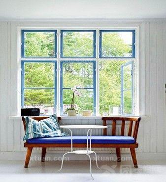 白色的窗户配上天蓝色的边框