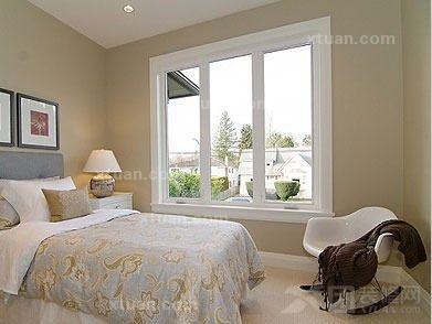 房屋装修 小户型卧室的温馨设计             小卧室拥有2个窗体,于是