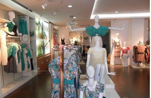 女装店面装修效果图中我们将风格作为主导方向,看衣服