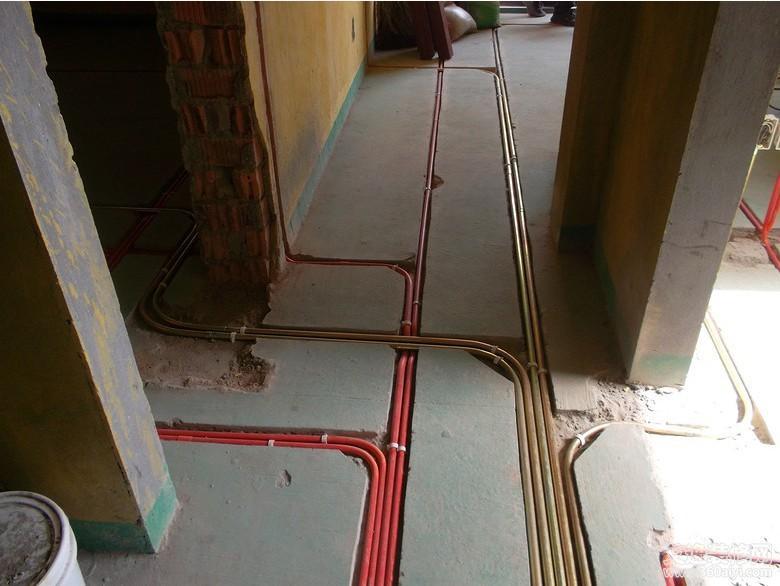 红管为强电管,铁管为弱电管) 泥工:所有墙地砖铺贴工艺由传统黄沙水泥