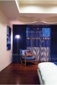 偏红地板蓝色窗帘蓝色窗帘棕色地板图片1
