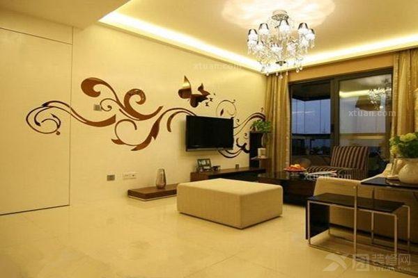 客廳隱形門背景墻是手繪圖案,蝴蝶飛舞在彩云之間,圖騰