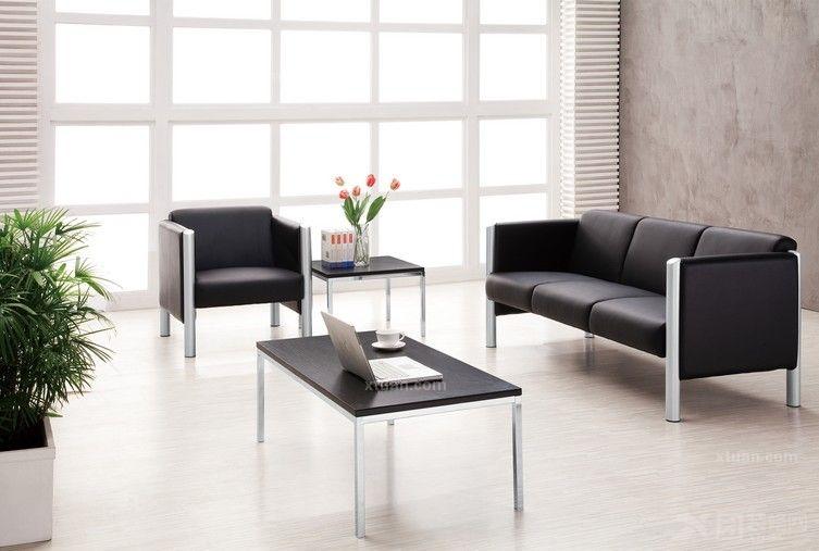 办公沙发,专指办公室及办公、会议场合适用的沙发。有单人、双人及三人之分,少数办公沙发规格为个人需求定制。在不同办公区域所需要的办公沙发类型是不一样的,那么它们都有什么不同的特点?  现代真皮沙发详细说明: 沙发的框架使用经过特殊干燥处理过的实木框架并且采用卯榫结构,更加的结实。 打底:进口高弹力弹簧同编织袋编织方法处理。 沙发内部泡棉使用的高密度泡棉绝对不含氟氨化合物等有害物质,以及中密度泡棉和表面加180g丝棉。 沙发的沙发脚使用钢制脚架。 沙发的表面使用意大利进口一级青皮。 沙发的表面的缝纫线均匀一致