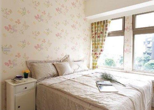 这是卧室内部的壁纸设计,清新自然的墨色花朵点缀在纯白色的