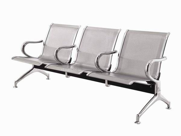 等候椅在生活中无处不见,小到在公交车站台,大到机场、车站、医院等许多公共场所,为了方便人们在等候的时候临时休息。   等候椅图片:  等候椅的材质要求非常的结实美观,要与所处的环境能够很好的融合,并且要适合不同年龄的人们使用,因为是公共椅子,并且使用的时候比较多,而且不易搬动,椅子的清洁度要求高,材质要不易沾染污渍。   等候椅的组成   一般的等候椅主要由靠背、横梁、扶手和脚架几部分组成,制成等候椅的材质是金属、塑料和曲木夹板,其中金属等候椅常见材料。一般是由单片的金属构成,而像礼堂等高档的地方的等候椅