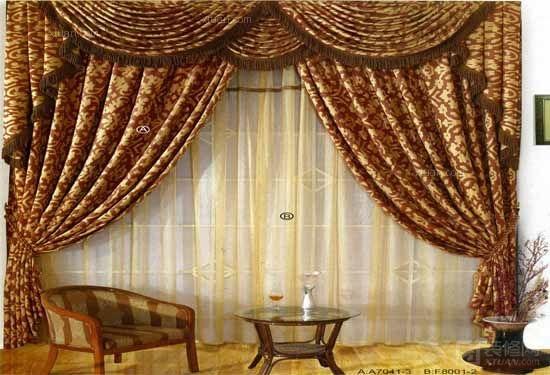 欧式窗帘常常是为了配合欧式的家居风格而采用的。在欧式窗帘中,常常可以看见精致的帷幔,精巧的制作工艺以及在色彩搭配上的卓越的艺术效果。想要打造出家居装饰的低调与奢华,欧式窗帘的加入就成了必不可少的装饰要素。下面和小编一起看看欧式窗帘的装修图片。    欧式窗帘图片赏析一:   客厅欧式复古的装修设计,怎么能缺少窗帘呢?