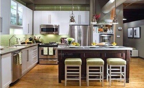 吃饭是人生一大重要的事,俗话说的好,民以食为天。食在生活中占绝大部分,和食物密切相关的厨房,也就理所当然的成为了人们日常生活中一个必不可少的组成部分。那么就让我们去看看5平米特小厨房是怎么装修的吧。    以暖色调为基调色,略带古典风格的厨房设计显得温馨而又浪漫。最巧妙的是厨房墙壁上隔了一个台阶,可以用来放置柴米油盐酱醋茶,既节省了厨房内的空间,又显得厨房装修设计独特新颖,真是两全其美呀。    这件厨房的装修设计最独特的地方在于采用鲜亮的颜色--嫩绿色进行装饰。这样的装饰让整个厨房立刻活跃了起来,