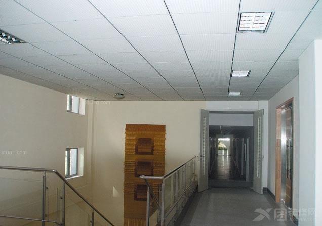 装修又不是那么的重要,但实际却恰恰相反,无论家居空间处于那种风格,吊顶的设计都是现代家庭之中不可缺少的一部分,介绍三种常用吊顶材料,供大家作装修前的参考。    1.铝扣板吊顶   铝扣板吊顶,也是大家较为熟悉的一种吊顶材料,通常应用于在厨房与卫生间之中,随着吊顶技术的不断进补,这种铝扣板吊顶通常也只有厨房空间在使用,而卫生间的应该也越来越少了。   施工注意:在家居空间之中,厨房、卫生间空间面积并不是很大,在装修吊顶时,最好计算好尺寸,避免不必要的材料浪费。    2.