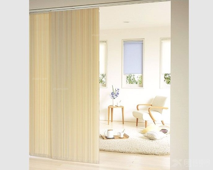 这种窗户装有大块的玻璃,面积大,窗帘用布多,因此有须要使用带有拉绳