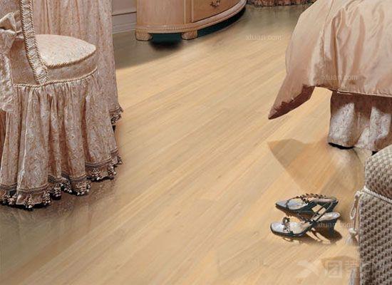 竹木地板就是木材和竹材复合而成的地板,也称竹木复合地板。它选用优质上好的竹材和木材分别作为它的面板和地板。它的木材层主要为杉木、樟木等,作为竹木地板的芯层。    竹木地板的生产制作都及其讲究,需要精良的制造设备和先进的科学技术,工艺流程及其复杂。它分别要经历高温、高压、防潮、防腐蚀、胶合等将近40道复杂的工艺流程制作而成。   竹木地板的优点:   1、竹木地板的是一种新型环保的复合地板,它具有防潮、防腐蚀、韧性强、外观自然清新、纹理流畅柔和等显著的优点。竹木地板特别具有美感,用它作为家里面的地板,