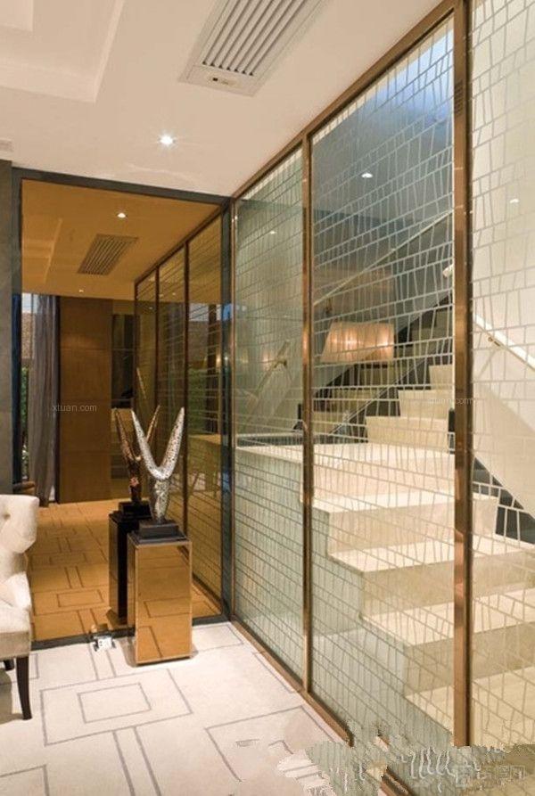 玻璃移动门将居室区域之间若有似无地联系和衔接起来,使人们以简约的形式生活,那种轻松的感觉,也许只有客厅隔断玻璃移动门才能达到很到的效果。    客厅玻璃隔断效果图一   金属色的外框设计,跟房屋的其他颜色协调统一。这款玻璃门的隔断是运用在复式户型中的楼梯旁边,应该从安全性上多加考虑。因为玻璃本身透明,而金属色较抢眼,使得外来做客的人不至于误闯玻璃门。    客厅玻璃隔断效果图二   现代简约的厨房隔断玻璃门,设计简单,加入了磨砂的效果。这样的磨砂效果对于很多玻璃门的设计都是很好的,因为它安全性比较高。大多