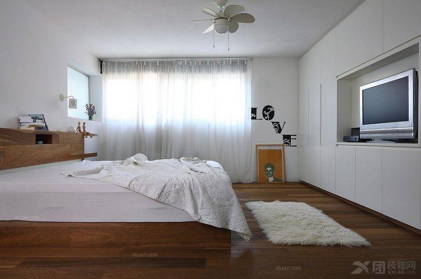 客厅背景墙不一定需要用很复杂的图案来装饰,只要选好客厅电视柜同样可以起到很好装饰的作用。    组合电视柜充当隔断墙,搁架和柜子可随意变换位置,而电视也可根据自己的喜好随意摆放。   与衣柜、书架、写字台等不同家具连为一体的组合电视柜,具有强烈的主题感,可以代替电视墙烘托家居氛围。同时,电视的摆放位置也更加灵活,柜体特意设计出大小不等的搁架释放出了更多的储物空间。你还可以根据组合的家具不同,摆放在客厅、卧室、书房等不同房间,在增加装饰性的基础上,进一步扩展收纳功能。    大容量的箱体款式有着强大的收