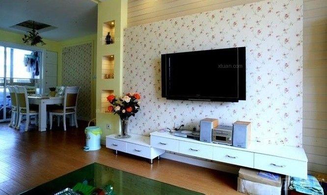 田园风格的电视背景墙以清新淡雅为主。不仅可以装饰室内空间,也是现实主人个性的一个地方。田园风格的电视背景墙让我们回归自然的感觉以及品味自然、高雅、简朴的室内氛围!  最新田园风格电视背景墙效果图片一: 看到简洁大方的田园风格会使人心情开阔起来,每天生活在这种环境下,会感觉到轻松,愉快!