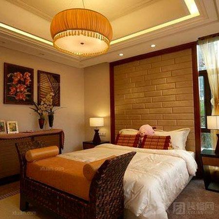 同时床头背景墙壁纸,红底配上黄色图案,带有宫廷般的华贵气息.图片
