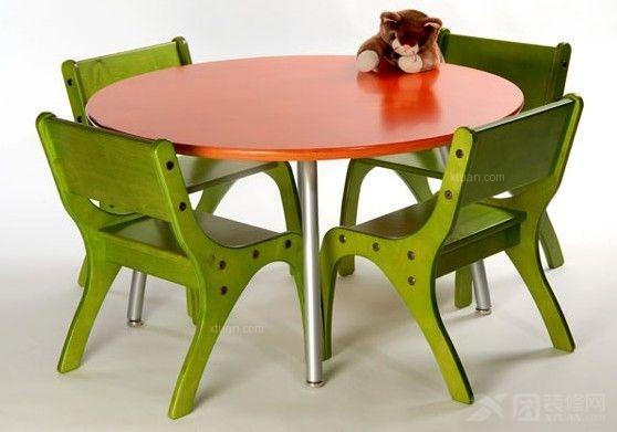 儿童桌椅尺寸可以根据孩子的身高来确定,市面上有许多带有升降功能的儿童桌椅,经久耐用的同时可以根据不同的阶段进行调整,让孩子从根源上摆脱驼背的问题。儿童桌椅尺寸在选购的时候需注意几项问题。 1.高度  儿童桌椅尺寸高度一般控制在63cm左右,孩子使用的时候可以做到高低相对,腰身挺直。