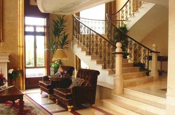 旋转式别墅楼梯设计风格多种多样,有柔美的,有霸气的;有复古的,有时尚的;有中式的,也有美式的。各种各样的装修风格让我们应接不暇,但却美丽精致,让人感受视觉上的震撼。    楼梯在别墅的设计中,除了功能上的连接作用以外,更是一件艺术品,这要求设计师把握好空间感、色彩感以及视觉感,一个好的楼梯设计会带给人全新的感受,让人感觉眼前一亮,也让整个房间的装修设计更加的上档次,更加的美丽精致。   以上则是我们为大家介绍的别墅楼梯旋转图片,怎么样?很不错吧,每个人都喜爱美丽的房子,而美丽的别墅既宽敞明亮又华丽大气