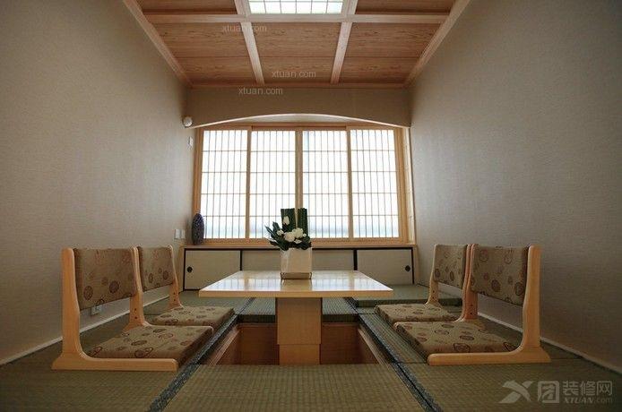 榻榻米的设计在现在家庭装修中也是颇受欢迎,休闲式的设计给了居室生活更多轻松、随性的生活氛围。绝大多数的榻榻米装修都以简洁的设计方式呈现,于是客厅阳台也就很好的被利用起来,借着自然的光线和十足的采光,打造出休闲的生活空间。  客厅阳台榻榻米效果图(一) 榻榻米设计大多数采用于草席编织的坐垫,可以席地而坐,显得很随性自然,这种轻松的空间让朋友之间的交流也变得很畅快,继而能很好的促进彼此之间的友好关系。