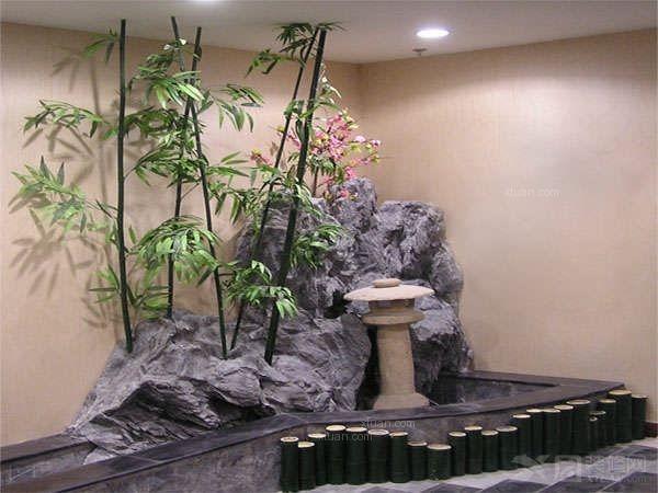 室内空间美感的形成,涉及空间、界面、材料质感、光与色以及室内家具、实用品与艺术品等陈设方面的因素。无疑,这些因素对室内景观都起着重要的作用。 但室内空间仅由这些因素构成室内观感,仍是较枯燥、缺乏生气的。特别对于公共建筑的室内,为了丰富室内环境景观,还要精心布置室内景观小品的陈设。各种景观小品能单独形成个性明显的室内景观。  室内景观小品含义   所谓室内景观小品,在景观意义上与室外园林景观小品没有根本区别。而室外园林景观小品构成大致可分为园林建筑景观以及叠石、水景、盆景和花木等庭院自然景观。其中的园林建筑