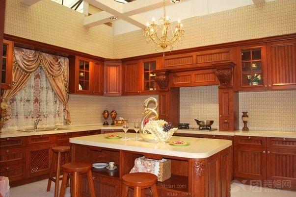 实木橱柜门板是最受欢迎的橱柜门板类型,在现代家居中,无论是实木门、实木家具都备受欢迎,可厨房是一个潮湿的环境,实木橱柜门板原本并不适合在橱柜上应用,可表面经过各种油漆处理的实木门板却是最受欢迎的橱柜门板类型。尽管实木橱柜门板有很多优点,可是其自身的缺点也不容忽视,为了使实木橱柜门板的寿命更长久,我们要对其进行适当的保养,那么实木橱柜门板如何保养?