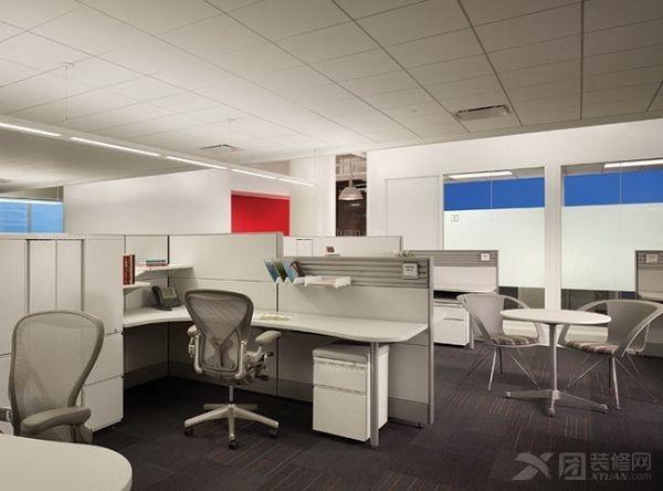 装修垂直设计要素,办公室装修空间分隔、墙体或隔断与地面垂直,办公室垂直设计要素会提供相对强烈的围合感,限定度积极,活跃,垂直实体形式的不同,如形状,虚实,尺度以及与地面所成角度等方面存在差异,办公室垂直设计限定所产生围合感的强弱程度亦会发生变化,有的只会隔断人的行为,却不会隔断视线,声音,空间之间得以相互渗透,空间流通性良好。  空间场是指存在于办公室空间中的单一实体会成为一种支配要素,如果从外部感受,由于实体会向周围辐射扩张而在其周围形成一个界限不明的环形空间,中心限定应属于一种视觉心理的限定,是一种