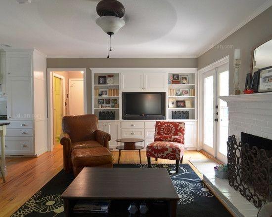 1、将双人布艺沙发面对窗口的位置,单人沙发和脚凳斜向放置在两侧,没有客人的时候,单人沙发可以成为阳光阅读区,有客人的时候,整体就能变成采光良好的午茶会客区,优雅而又舒适。   2、色彩艳丽的布艺沙发,传达给人的永远都是那份温馨的舒适,抱着抱枕,无论谈天还是看电视都是-种享受。   3、沙发的鳌体设计都是回弧拼接在一起,没有任何棱角,让人丝毫体会不到什么是所谓的生硬。而靓丽的橘色,圆弧,饱满、厚重的座位与线条柔美、造型超薄的背架完美结合,使沙发充满艺术设计的魅力。不失为一款时尚、简约、实用的布艺沙发。