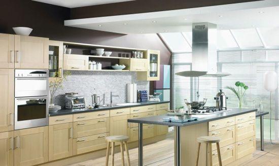 厨房的窗帘选择上应采用铝合金烤漆镀膜的百叶窗,尽量不使用布艺窗帘,避免在沾染油污后不易清理。   8、厨房面积   厨房的使用面积要适中,过大无疑浪费,而过小则拥挤不堪,合理面积应一般为为 10平方米左右。还要保证厨房空间的自然采光和合理通风。厨房若面积够大,可放置小型餐桌,这样就能兼作饭厅使用,无须另觅空间作为饭厅,餐桌下可放置地毯以作分隔空间之用。厨房面积若是小,则应该注意收纳。    9、厨房插座   要给厨房各种电器安排或预留出安放之地,并在适当的位置安排电源插座。防火、耐热是厨房装修选材必须