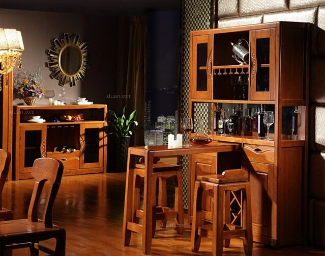 第三款吧台拥有红木材质的柜体,大理石的台面,雍容华贵的外观