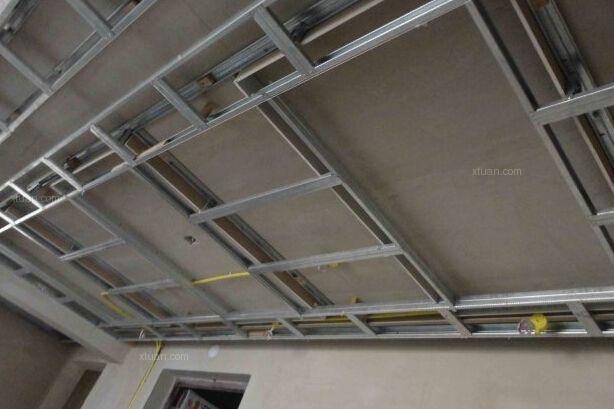 家装中,天花板的装修是必不可少的环节,吊顶也就成为了家装的必修课。关于吊顶,大家或许知道得并不多,本文就吊顶的种类给大家科普下吧。吊顶的种和包括集成吊顶、混凝土基层无吊顶、木制吊顶好轻钢龙骨吊顶四种。在家装中,我们具体选用哪种吊顶还是要根据自家的户型和各人的喜好来定。 一,集成吊顶   这个主要是在厨卫装修当中使用的比较多,集成吊顶是现代都市设计的必备搭配。尤其是通风效果不是很好的卫生间,利用集成吊顶的通风换气功能就是有非常好的效果,集成吊顶的扣板一般采用铝合金制作,表面上进行喷漆或者烤漆处理,有良好