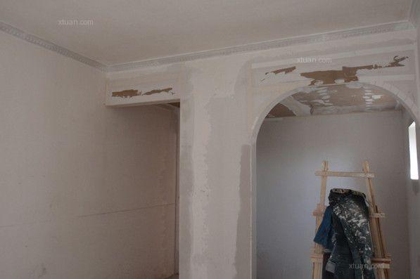 墙面阴角线对家居装修的整体效果有着可大可小的影响,可能是对家具的摆放位置产生印影响,也可能是降低居室整体的美观度。这一系列的问题都有可能是墙面阴角线施工不当所造成的。那么墙面阴角线怎么能找直?天花板与墙面之间的阴角怎么处理?下面x团小编就为大家介绍墙面阴角线怎么处理。   一、墙面阴角线批灰处理   在处理墙面阴角线时我们需要在墙面的基层上批上一层灰,然后再处理弹线的问题,这样的处理方式是为了让弹线的清晰度更加的高。施工时先用灰刀将墙面阴角以及周边突出的区域清理干净,要是在施工前忽略了这个步骤就可能会