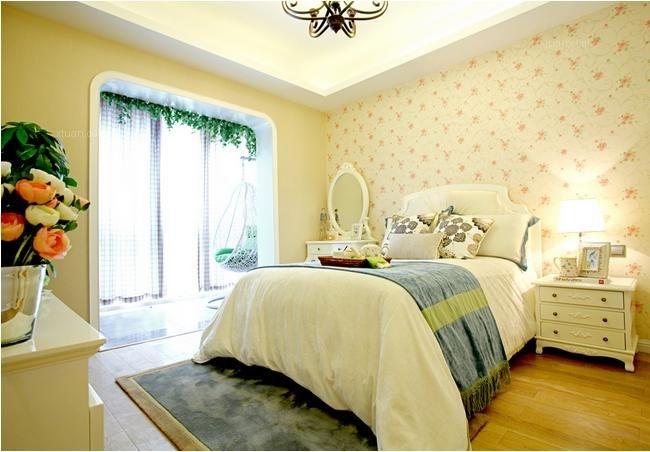 儿童房的儿童床选择非常富有童趣,床头的背景墙装饰画也是不规则的