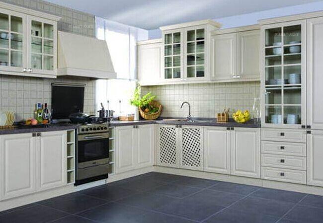 法式风格厨房也不能忘了灯饰照明的设计,你可以安装几盏复古吊灯或吸图片