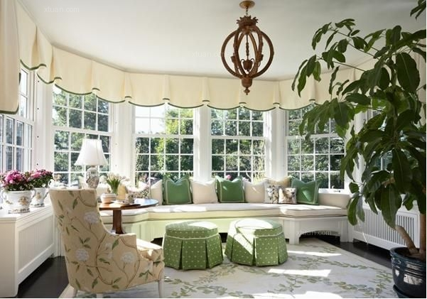 各处都能看到绿色的存在,并且无论是在欧式沙发椅的椅背上,还是我们图片