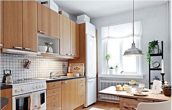 现在不少家庭在进行家居装修的时候,特别是小户型家庭,都会选择将餐厅与厨房设计在同一个空间里,一来可以节省空间,二来方便日常使用,三来显得时尚新潮。那么,餐厅厨房一体化怎么装修呢?餐厅厨房一体化设计要点有哪些呢?下面X团小编就为您介绍餐厅厨房一体化装修效果图。   餐厅厨房一体化装修效果图一   一字型的整体橱柜总是最不占空间的,因此安排在餐厨一体的空间中再合适不过了。橱柜的风格决定了整个空间的走向,因此餐厅在餐桌以及吊灯的选择上也应该尽量往同一个方向靠拢。    餐厅厨房一体化装修效果图二   L型橱