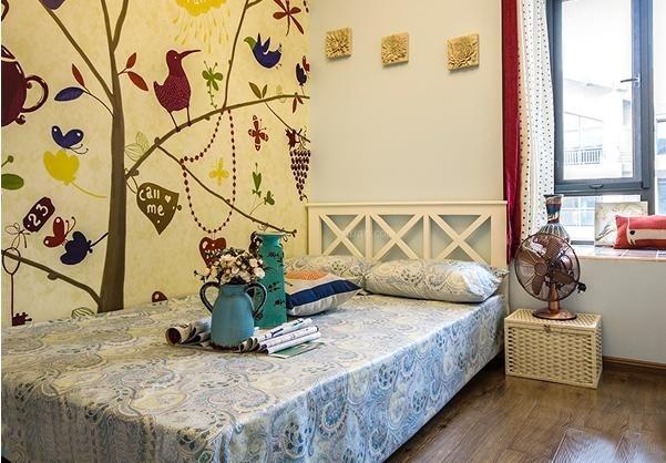 壁纸与整个空间的色调一致,却展露着独特的清新自然气息。简约花纹的设计,使得空间摆脱了沉闷的氛围,更显轻松自由。   混搭风格墙纸装修效果图三    棕色的原木材质双人床,不加雕饰的纹理清晰可见,卧室空间美式风格的家具给人带来一种自然舒适的气息。多彩的软装配饰增加了空间的趣味性,使得空间更加具有了激情与灵动感。抱枕的图案各种各样,跳脱了传统的氛围,极具现代时尚感。棕色的卧室背景墙采用的田园风格的花草藤蔓墙纸,在不经意间流露出一种自然闲适的气息,与美式风格的舒适自然气息相互融合,形成了这个让人倍感温馨自然的卧