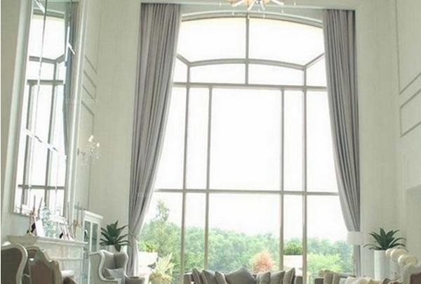 美式古典风格是众多家居装修装饰风格中的一种。美式古典风格的家具?#22270;?#23621;用品在材质及色调上都表现出粗犷、未经加工、或二次做旧的质感和年代?#23567;?#29992;具多以舒适实用和多功能为主,不过分强调繁复的雕刻和细节,营造返璞归真的境界。那么,美式古典风格的窗帘怎么样呢?美式古典窗帘好不好看呢?