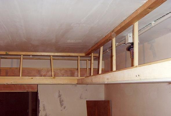 但是石膏板吊顶长边应与次龙骨呈垂直状态;板材装订