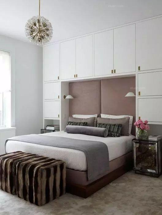 """墙式衣柜,一般是呈""""一""""字型的,而且很多业主喜欢对称的设计,以床头为图片"""