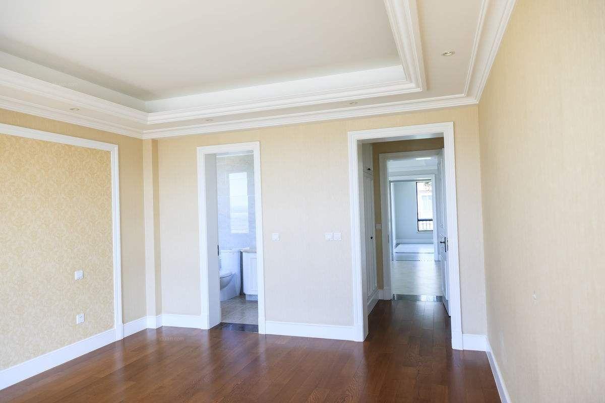 如今,地产商在盖完楼房后,一般是分为两种类型来出售,一种是毛坯房,一种是简装房。那么,什么是毛坯房?什么是简装房?本期,我们来介绍毛坯房与简装房的简介以及毛坯房简装顺序,希望对您有所帮助。  一、毛坯房简介 是指半成品房,一般是指住房内部不做装修,墙面、地面和顶面不做面层,没有内门窗,直留有门框;卫生间内没有配置卫生设备,只留给水和排水接口;厨房内有抵挡的洗涤盆和变通水嘴;没有灯具,只有电线接头;没有阳台封窗,甚至连房间的隔断都没有垒。总之,购房人想要入住,就需要从头开始进行装修。 二、简装房简介 是指住