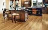 如何判断地板需要翻新还是更换?