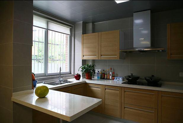 设计理念:现代厨房从单一的使用场所变成一个多功能的甚至是舒适的房间,厨房与餐厅、客厅相衔接、传统的隔离墙被省略,作为居室中视觉美感的一部分,对其美观整洁度的要求越来越高。同时科技进步使厨房的科技含量越来越高,现代化电器的使用使人们的劳动变得轻松有趣。在如今高效率的社会环境中,人们每天奔波忙碌,也许一家人能真正坐在一起享受天伦之乐就是在吃饭时,所以厨房也变得越来越温情,包含了更多的意义。 隐藏更多